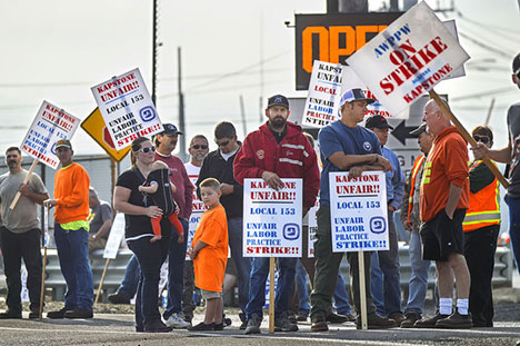 "APPW Local 153 on strike at Kapstone paper mill in Longview, WA, August 27, over the company's imposition of contract canceling health insurance to avoid Obamacare ""Cadillac plan"" tax. (Photo: Brooks Johnson/The Daily News)"